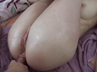 Amateurin eingeoelt und anal gefickt