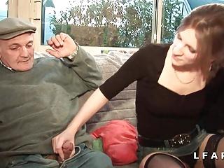 Brunette francaise se fait demonter le cul dans un gangbang