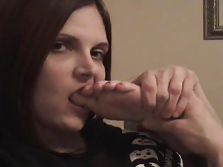 Goth girl involving big tongue licks her acquiesce feet and toes