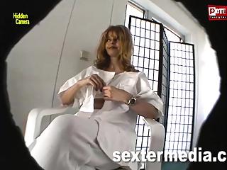 Frau Doktor wird geil - Heimlich gefilmt!!
