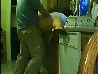 Singando en la cocina