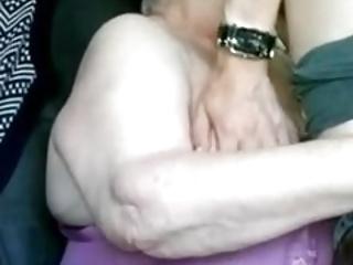 gepiercte Oma lutscht geil
