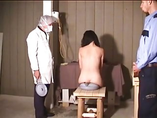 voleuse denudee exhibee lavement humiliation