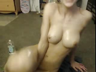 Kiwi oils her perfect body
